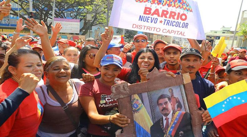 """""""Nosotros, la familia, estamos presentes y consecuentes para defender la revolución en estos 20 años y más, para nuestro legado que son nuestros hijos e hijas"""", dijo a TeleSUR una de las mujeres revolucionarias participantes de la marcha."""