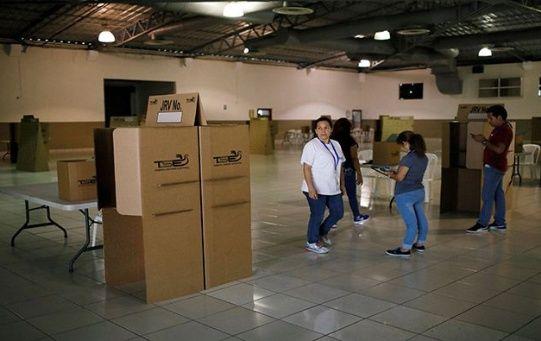 Funcionarios del TSE revisan la instalación de centros electorales y uso del material de votación