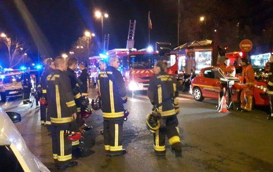 Unos 200 bomberos trabajaban en la extinción del incendio y tuvieron que rescatar a gente refugiada en los tejados.