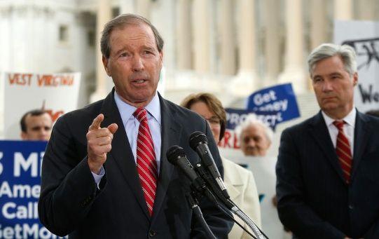 """Según el legislador Tom Udall, uno de los senadores que respaldan el proyecto de ley, la medida legal evitaría que el mandatario """"ataque fondos críticos""""."""