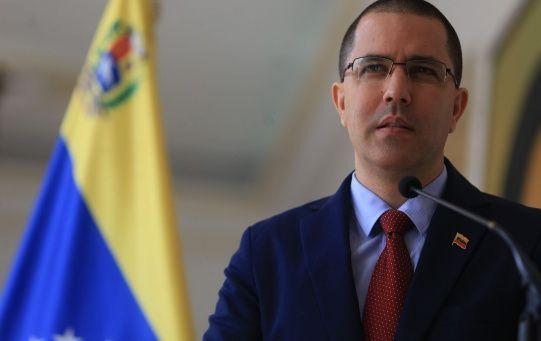 """""""El señor Trump reconoce que está al frente del intento de Golpe de Estado en Venezuela e ideologiza la política internacional al anacrónico estilo de la Guerra Fría"""", sostuvo Arreaza."""