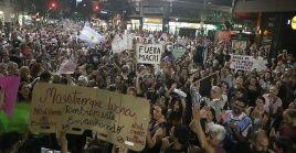 En esquinas emblemáticas, parques públicos y centros comerciales, los manifestantes expresaron su malestar con carteles y consignas.
