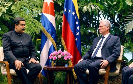 El Gobierno de Miguel Díaz-Canel (d) ratificó su respaldo hacia el presidente constitucional de Venezuela, Nicolás Maduro (i).