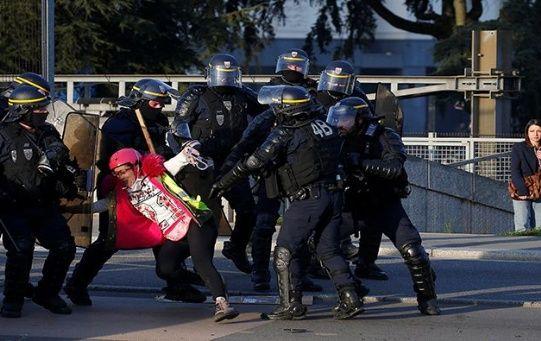 La policía uso bombas lacrimógenas para reprimir a los manifestantes en París.