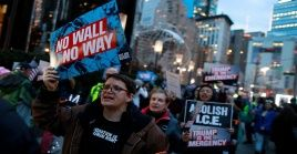 Miles de personas se han movilizado en varias ciudades de EE.UU. para expresar su rechazo a la decisión de Trump al considerar que abusa de su poder.