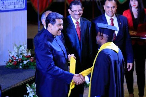 En el acto de graduación de este martes se titularon otros 128 médicos de diferentes países.