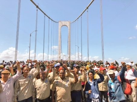 Miles de personas se concentraron en el Puente Angostura, frontera con Brasil, uno de los lugares anunciados por la oposición para el ingreso de la supuesta ayuda humanitaria.