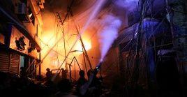 El cuerpo de bomberos de Bangladés informó que el incendio pudo deberse al estallido de bombona de gas.