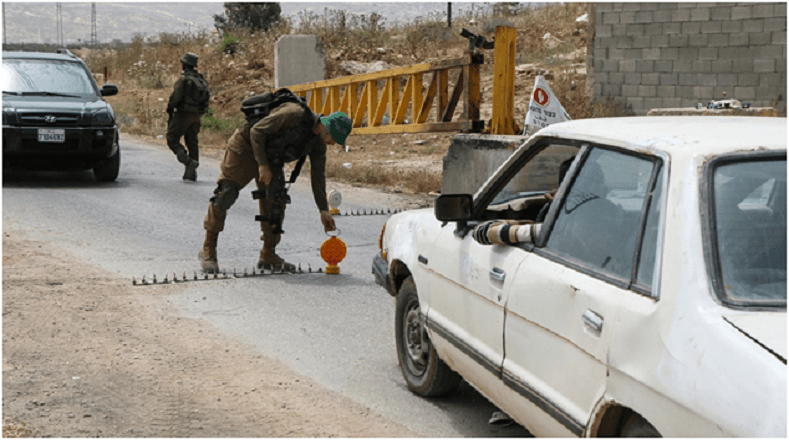 Las Fuerzas Armadas israelíes forman parte de la dinámicadiaria de quienes residen en Cisjordania.Estos agentes mantienen una fiscalización constante de las entradas y salidas de los pobladores, con la potestad denegar el acceso o la salida de esta área.