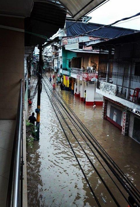 """Organizaciones sociales como la Red de Solidaridad de Amigos de Andagoya, denunciaron que el desbordamiento de los ríos tiene su causa en el sector minero. Los ríos """"están sedimentados, tanto por la minería ilegal como por la legal. Cuando vienen estas lluvias permanentes, como la que ocurrió el viernes y sábado en la madrugada, los ríos se desbordan, no hay un plan de emergencia"""", afirmó el vocero del organismo, Camilo Devia."""