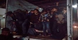 Tras el rescate, el grupo de migrantes fue atendido por funcionarios del Instituto Nacional de Migración.