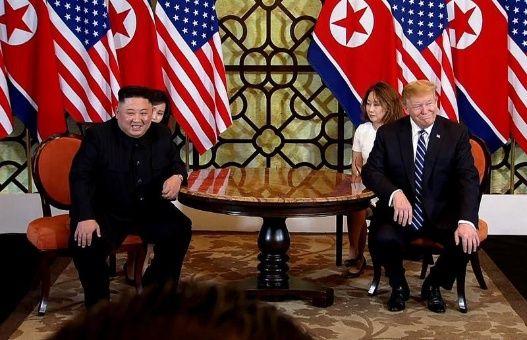 """El mandatario norteamericano (d) aseguró que mantuvo con Kim (i) una """"gran reunión"""" este miércoles, y señaló que la primera jornada transcurrió al nivel de sus expectativas."""