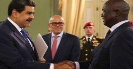 El presidente venezolano se reunión con los representantes diplomáticos en el salón Sol del Perú del Palacio de Miraflores, sede de la Presidencia.