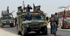 Oficiales afganos de seguridad patrullan en las afueras de Lashkargah, la capital de la provincia de Helmand, donde este viernes un asalto del movimiento Talibán a una base de EE.UU causó 43 muertos.