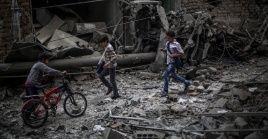 Niños observan los efectos de un bombardeo a un hospital en las afueras de Damasco en 2015. Este martes grupos ilegales atacaron 9 localidades en tres provincias sirias.