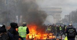 Con bombas lacrimógenas y carros lanza-aguas la policía de Francia reprimió duramente a los manifestantes en el sábado número 18 de protestas.