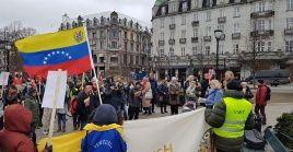 """Los asistentes a la actividad elevaron banderas de ambas naciones, carteles y pancartas que se unían al llamado """"Hands off Venezuela"""" ."""
