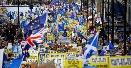 Varias de las pancartas que este sábado levantaron los británicos rechazaron la afirmación hecha por Theresa May, quien aseguró estar al lado del pueblo