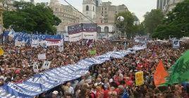 Una multitud marchó hasta la Plaza de Mayo, en Buenos Aires.