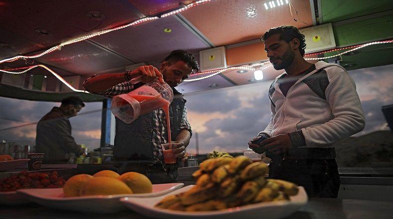 A pesar que el 54 por ciento de los adultos está desempleado, incluyendo al 70 por ciento de los jóvenes, según el Banco Mundial, los palestinos dan la bienvenida al día a día trabajando.