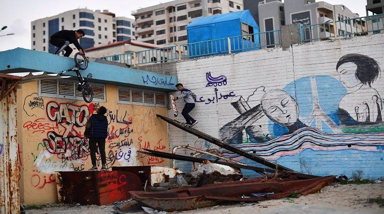"""En un parque de patinetas en el puerto de la ciudad, un grupo de jóvenes denominado la """"Banda de Skate de Gaza"""" se reúnen con sus tablas, bicicletas y patines para compartir."""