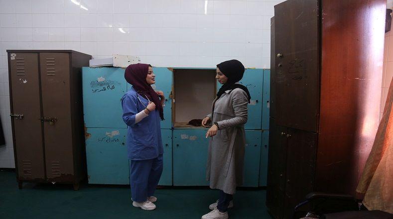 Actualmente hay una fábrica farmacéutica que resiste al bloqueo israelí con equipos simples e instalaciones limitadas trabaja para producir medicamentos.