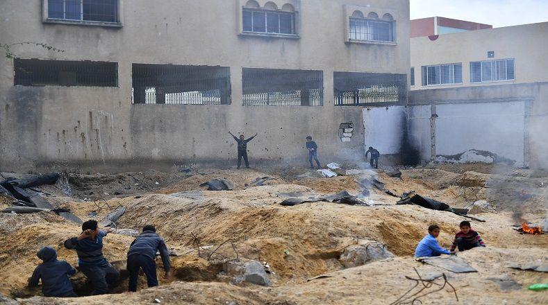"""Unos niños en las afueras de una escuela en Gaza jugaban a """"judíos y árabes"""" tirándose bolas de arena para no lastimarse."""