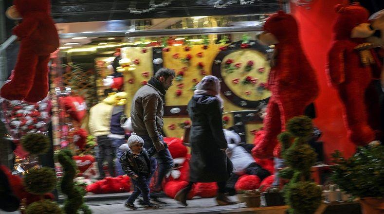 Ciertos locales de la ciudad decoraron sus instalaciones en el Día del Amor y la Amistad. Hoy día la familia palestina vive momentos tensos por la nueva ola del conflicto israelí-palestino.