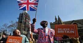Los manifestantes exigieron que se ejecute el resultado del referéndum de junio de 2016, donde se impuso la opción de romper lazos con la Unión Europea.