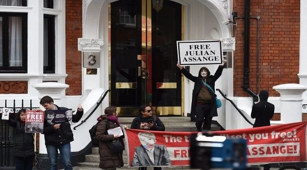 Le figure internazionali si qualificano come una morsa sulla libertà di espressione dopo l'arresto di Assange.