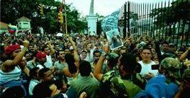 """Con las consignas """"Chávez, amigo, el pueblo está contigo"""" y """"Chávez no renunció, lo tienen secuestrado"""", el pueblo revolucionario copó las calles adyacentes al palacio presidencial."""