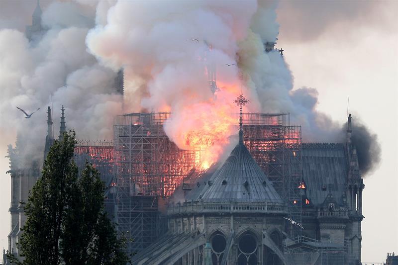 Colosal incendio causa estragos en la catedral de Notre Dame en París