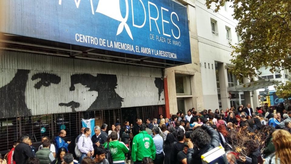 Impiden desalojo a sede de Madres de Plaza de Mayo, Argentina