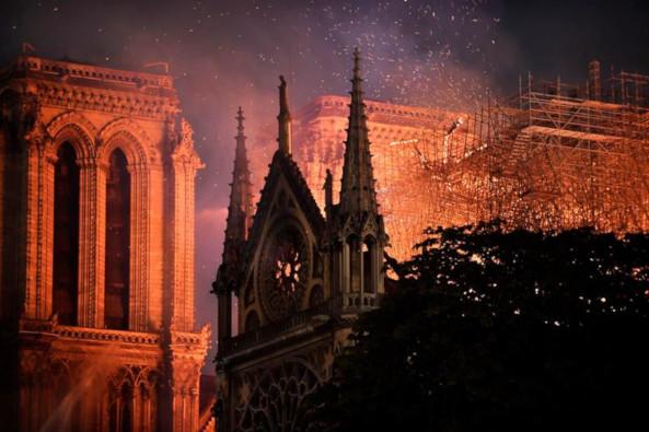 Alertan sobre estructura de Notre Dame tras fuerte incendio