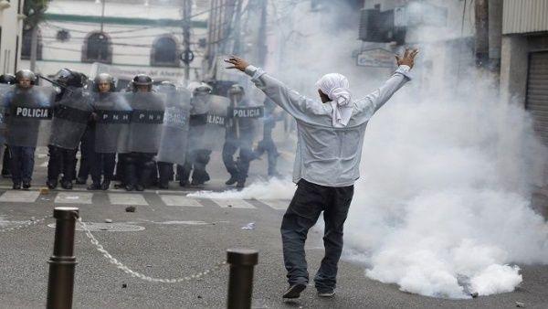 La ciudadanía clama por menos armas y más educación, a la vez que exige la salida del presidente de Honduras Juan Orlando Hernández.