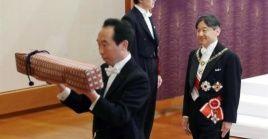 """En una ceremonia llamada """"Kenji to Shokei no gi"""",  el emperador heredó los tesoros imperiales."""