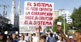 Panameños marchan contra la corrupción en su país.