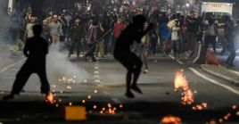 Manifestantes se enfrentan a la policía en calles de Yakarta, Indonesia.