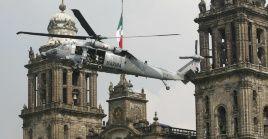 En la imagen un helicóptero de la Marina sobrevuela la Ciudad de México.
