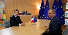 El presidente francés, Emmanuel Macron,  junto al presidente del Consejo Europeo, Donald Tusk, antes de una cumbre de líderes de la Unión Europea en Bruselas, Bélgica.