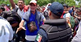 Migrantes centroamericanos caminan rumbo a EE.UU. en una carretera de Chiapas, México.