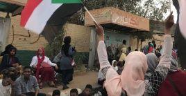 Manifestantes en Jartum exigen la renuncia de la junta militar que tomó el poder en Sudán.