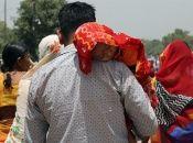 Niño con un pañuelo para protegerlo de las altas temperaturas en Nueva Delhi.