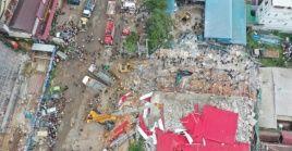 Centenares de rescatistas buscan sobrevivientes en un edificio derrumbado en Camboya.