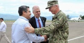 El jefe del Comando Sur de EE.UU. Craig Faller, saluda al presidente hondureño Juan Orlando Hernández.