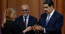 El presidente de Venezuela, Nicolás Maduro, entrega un premio en el marco del Día del Periodista.
