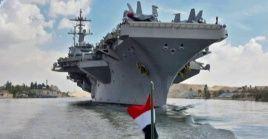 El portaaviones USS Abrham Lincoln atraviesa el Canal de Suez rumbo al Golfo Pérsico.