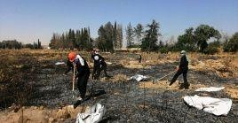 Algunos de los cadáveres conservaban los característicos uniformes naranjas que el grupo terrorista imponía a sus rehenes condenados a muerte.