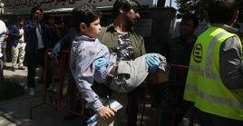 Socorristas trasladan a los heridos del atentado a un centro asistencial de Ghazni.