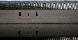 Migrantes cruzan en forma ilegal el río Bravo para entregarse a autoridades de EE.UU.